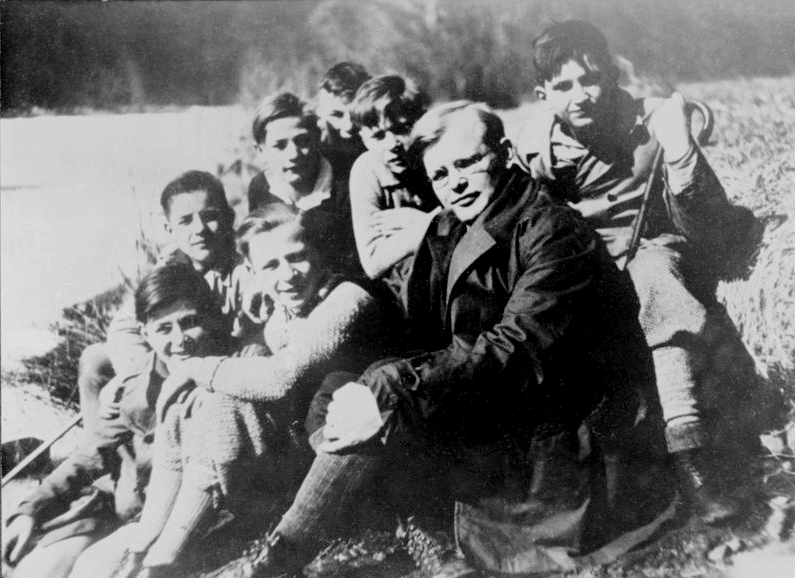 Photograph of Pastor Dietrich Bonhoeffer with his confirmation class, provided to Wikimedia Commons by the German Federal Archive.